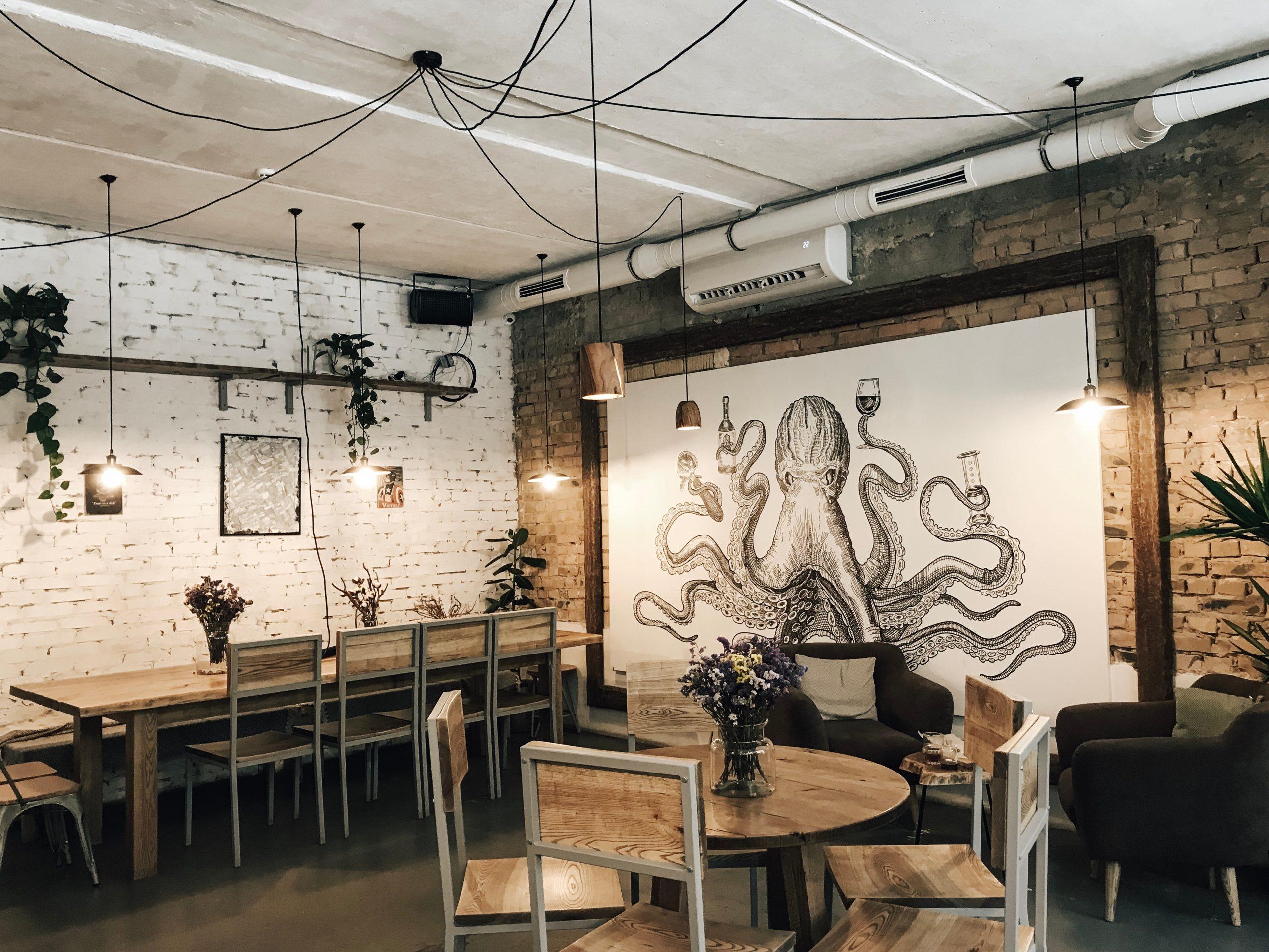 Restaurant avec une grosse peinture de pieuvre