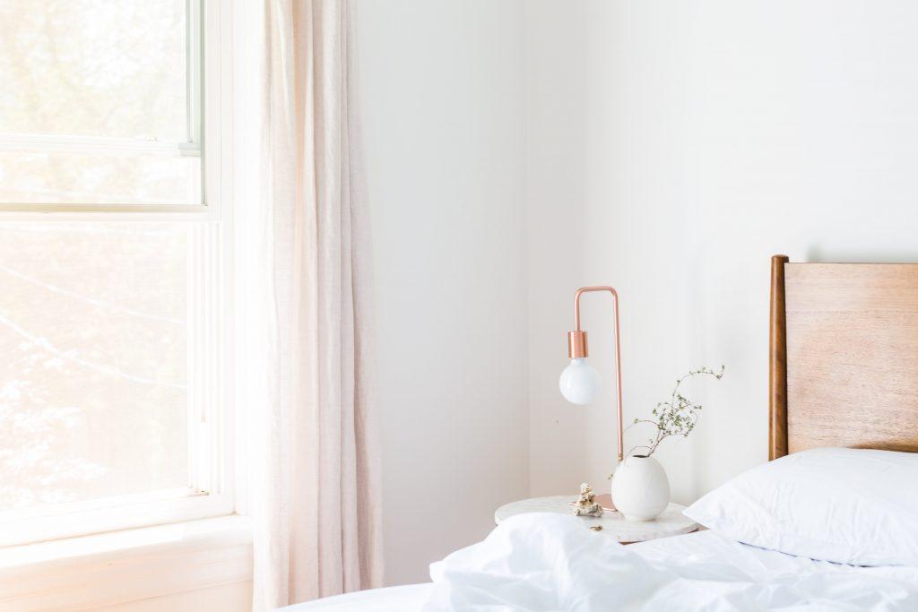 Chambre à coucher décorée par une lampe de table et une plante