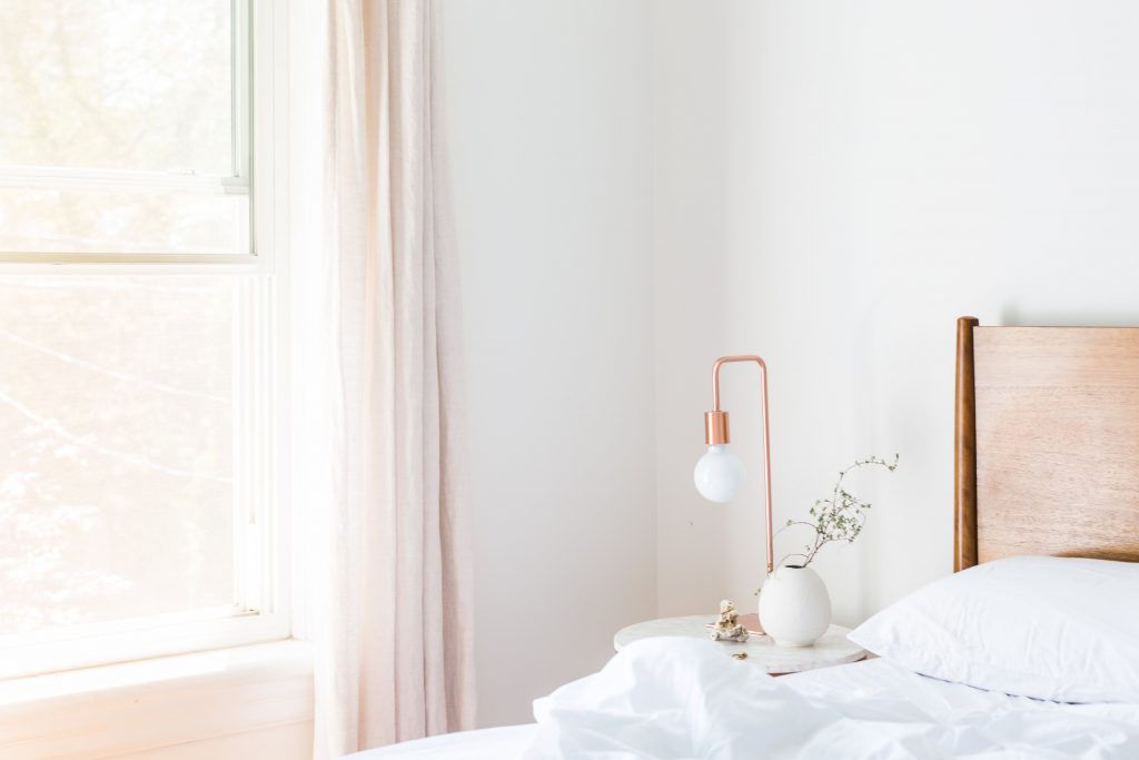 Bedroom decorated with a table lamp and a plant
