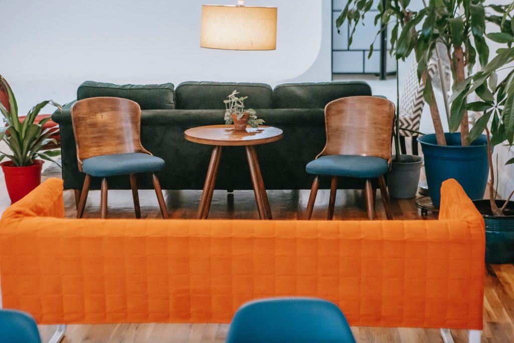 Canapé orange dans un salon au style exotique
