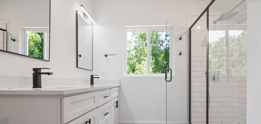 Salle de bain moderne et blanche
