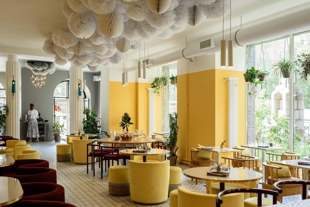 Salle à manger de restaurant jaune et moderne