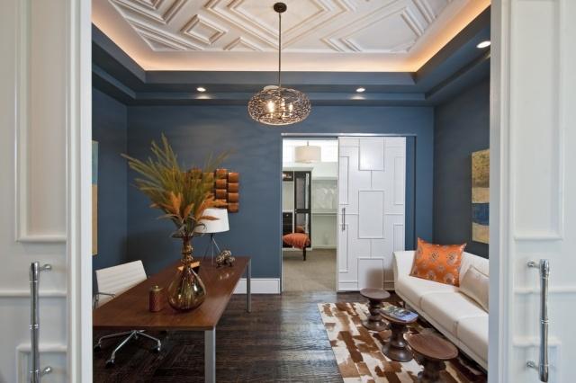 Salon bleu avec éclairage indirect au plafond