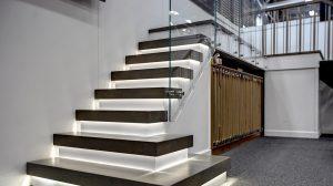 Escalier avec des marches lumineuses