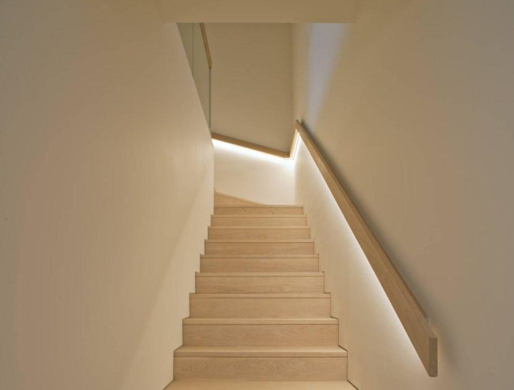 Escalier avec une rampe lumineuse