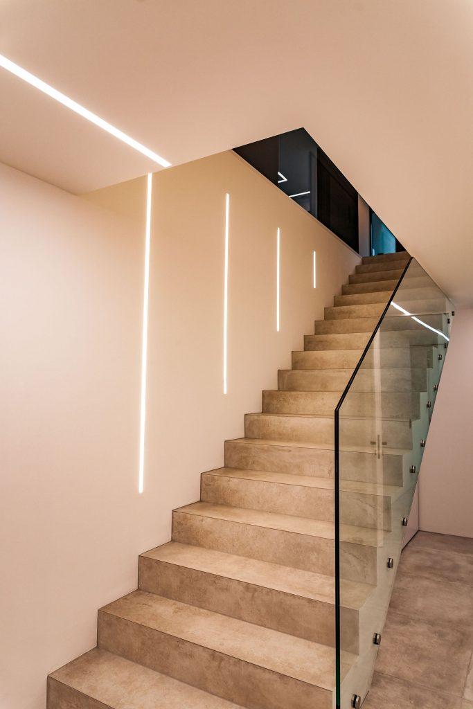 Escalier avec de l'éclairage encastré dans le mur
