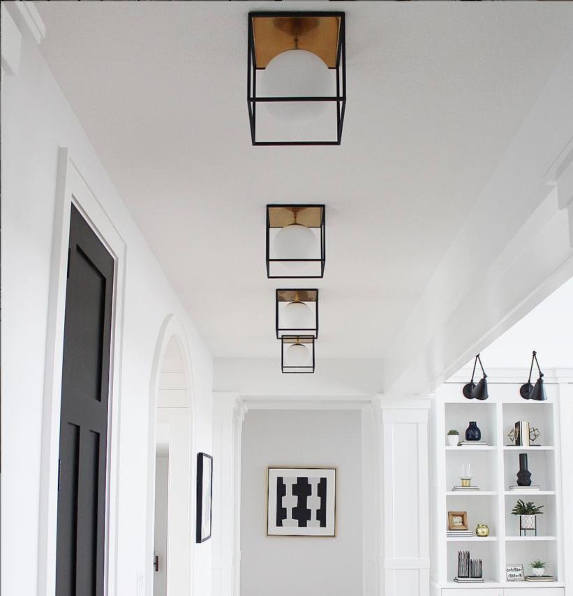 Couloir avec plusieurs luminaires de plafonnier