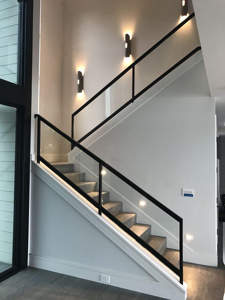 Escalier illuminé avec des appliques muraux