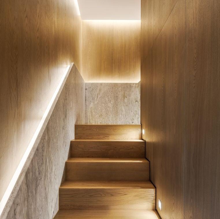 Éclairage indirect dans un escalier