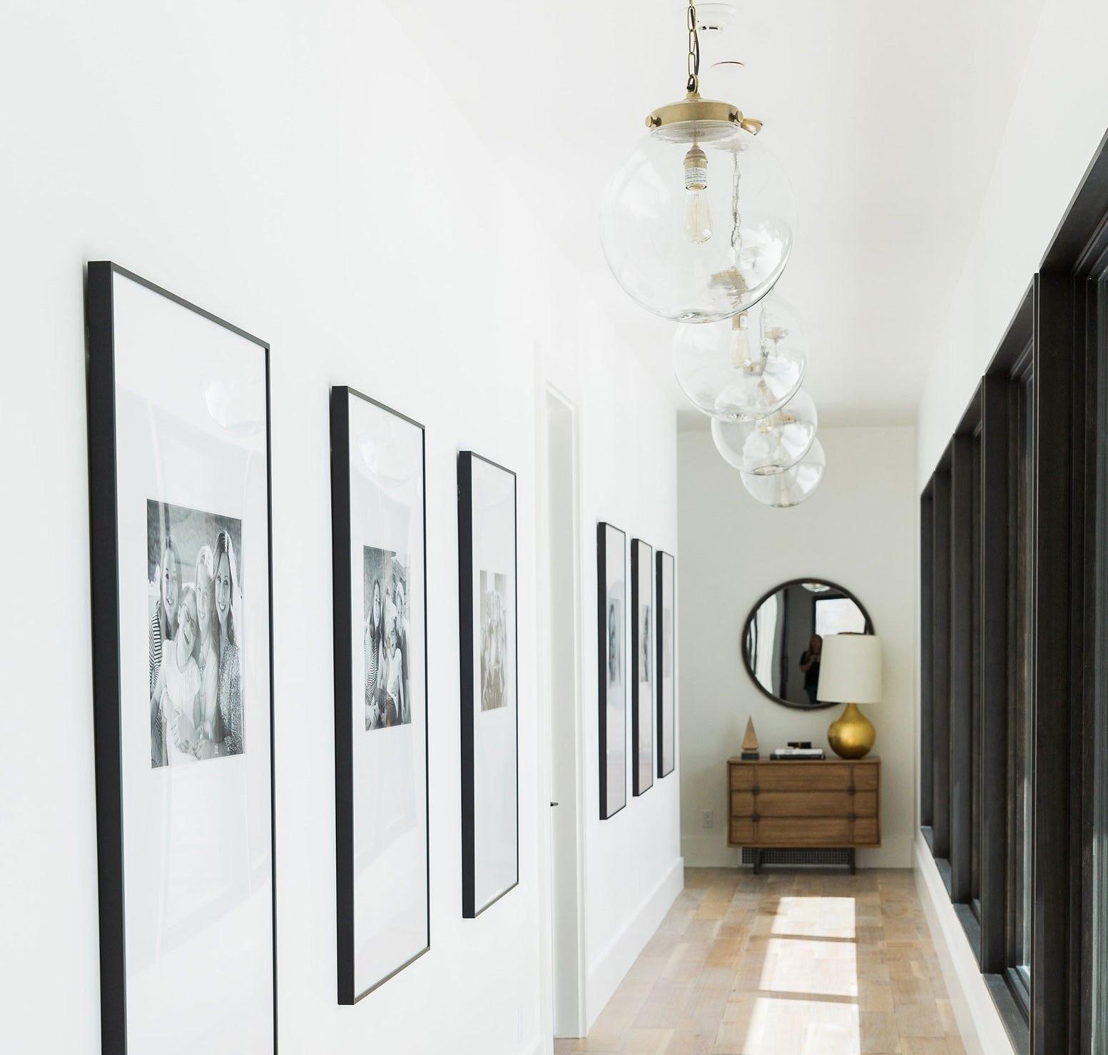Couloir blanc avec arts visuels