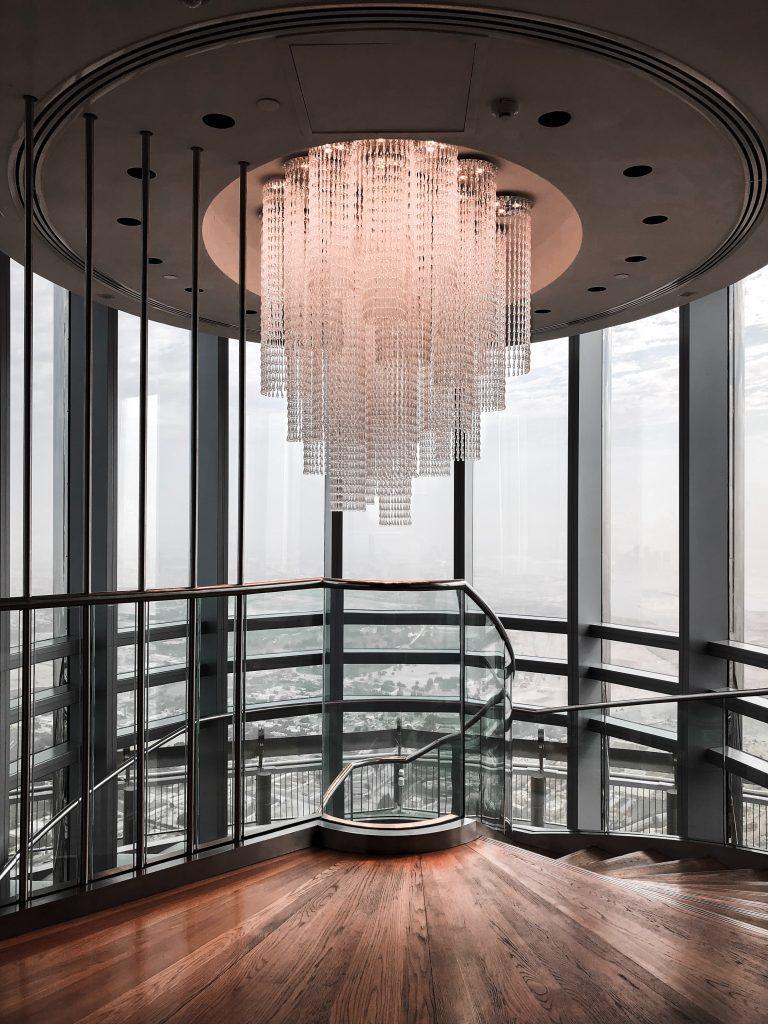 Immense luminaire plafonnier surplombant un escalier circulaire