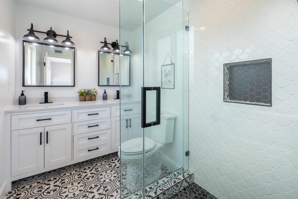 salle de bain blanche avec une porte en verre