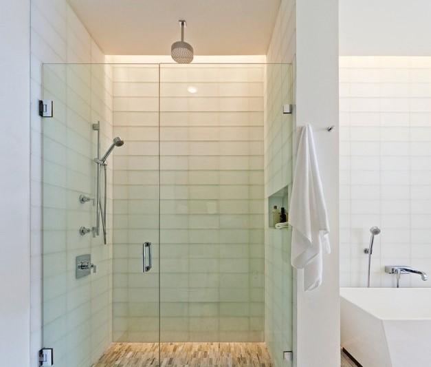 Douche en céramique blanche avec une porte en verre