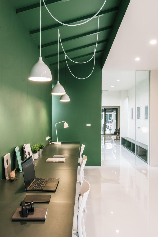 Bureau vert avec luminaires suspendus