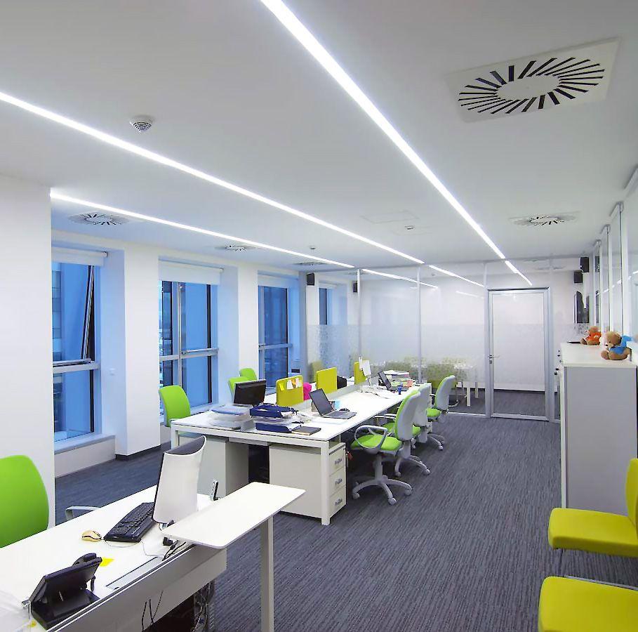 Bureau collaboratif ouvert avec chaises colorées