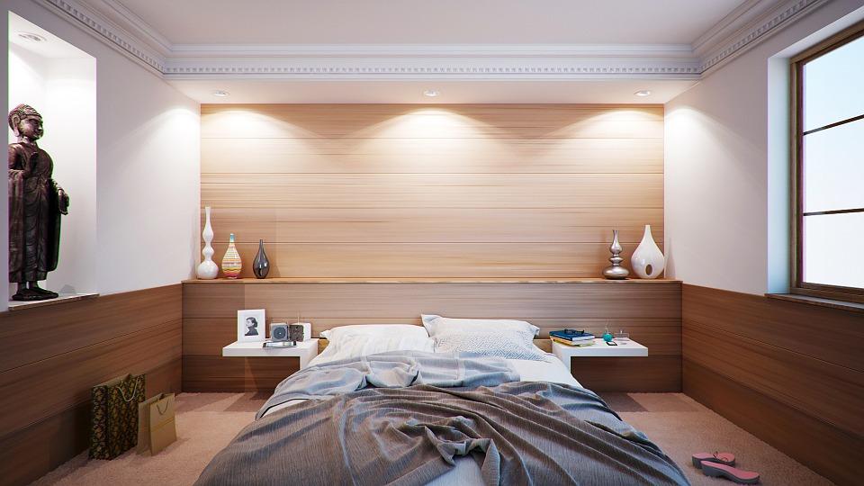 Chambre à coucher avec décoration orientale et des spots encastrés LED