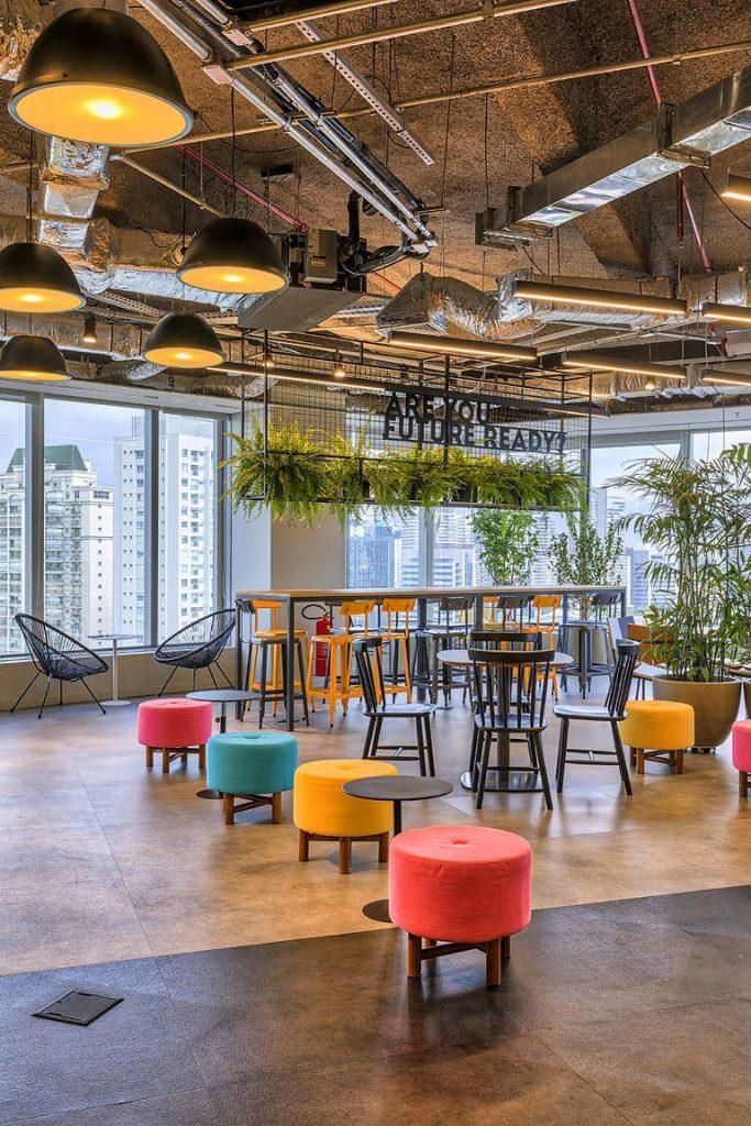 Espace de travail ouvert et moderne avec des plantes et plusieurs fenêtres