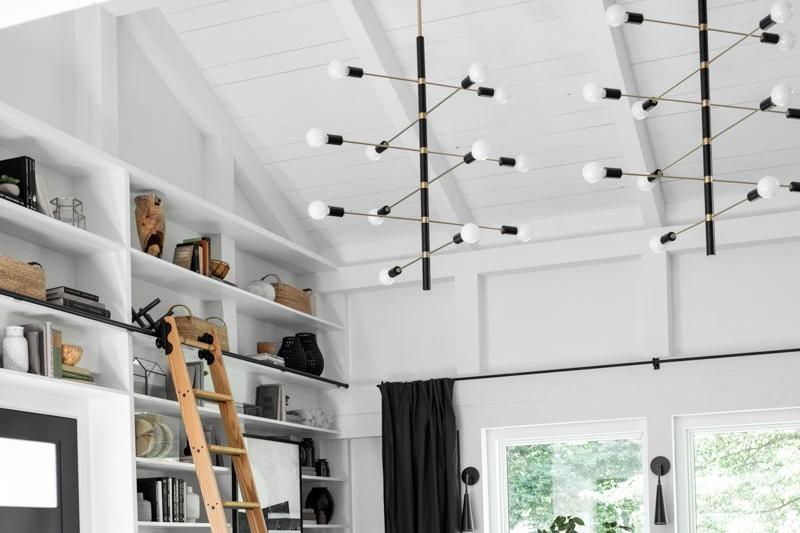 Plafond cathédrale avec luminaire suspendu