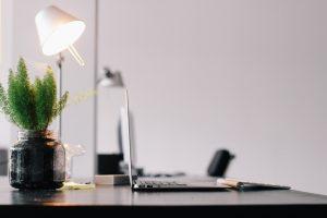 Bureau de travail avec une lampe et une plante