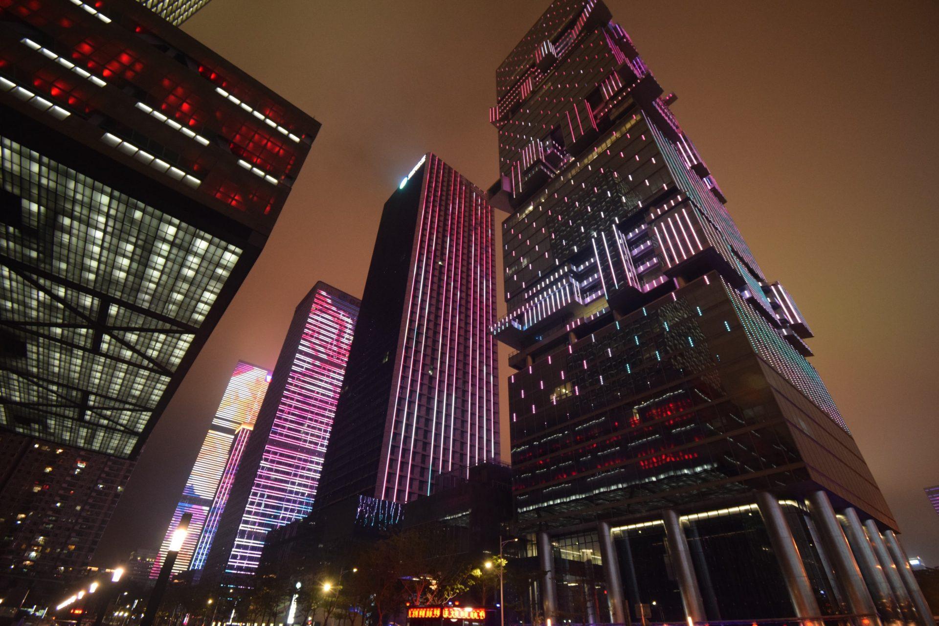 Gratte-ciels illuminé par le LED