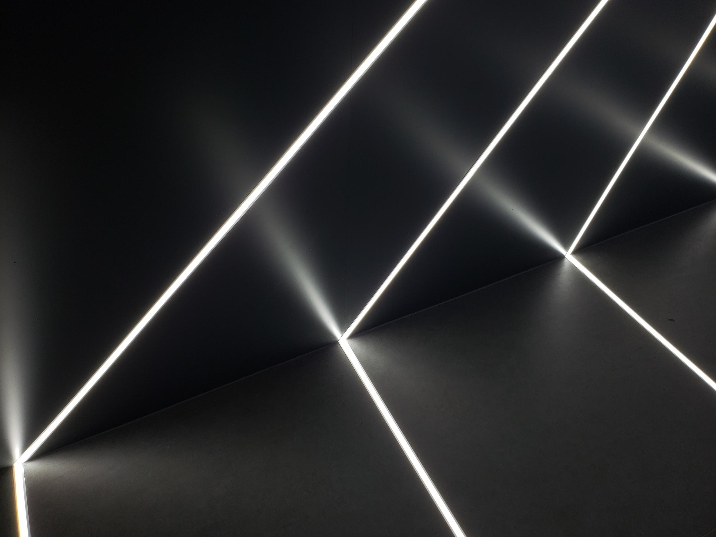 Rubans LED encastrés dans un mur noir