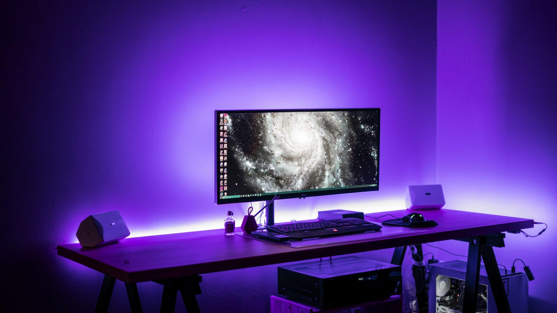 Bureau d'ordinateur avec rubans LED mauve