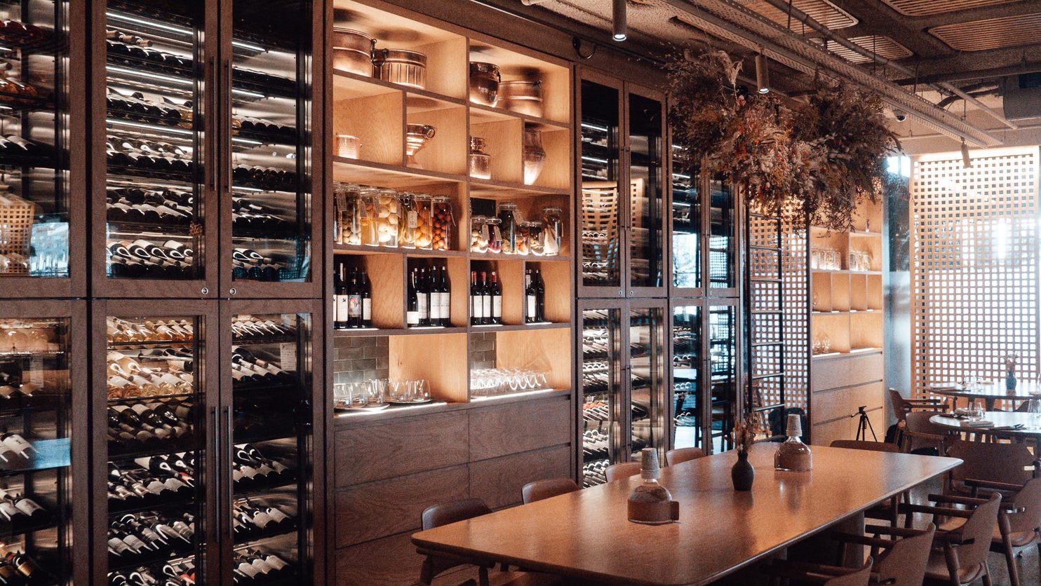 Cellier de restaurant avec rubans LED