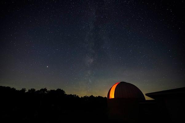 Observatoire astronomique dans la nuit