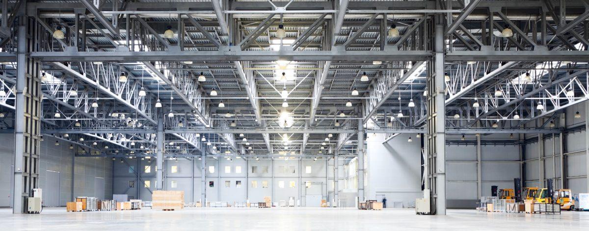 Éclairage d'un entrepôt industriel