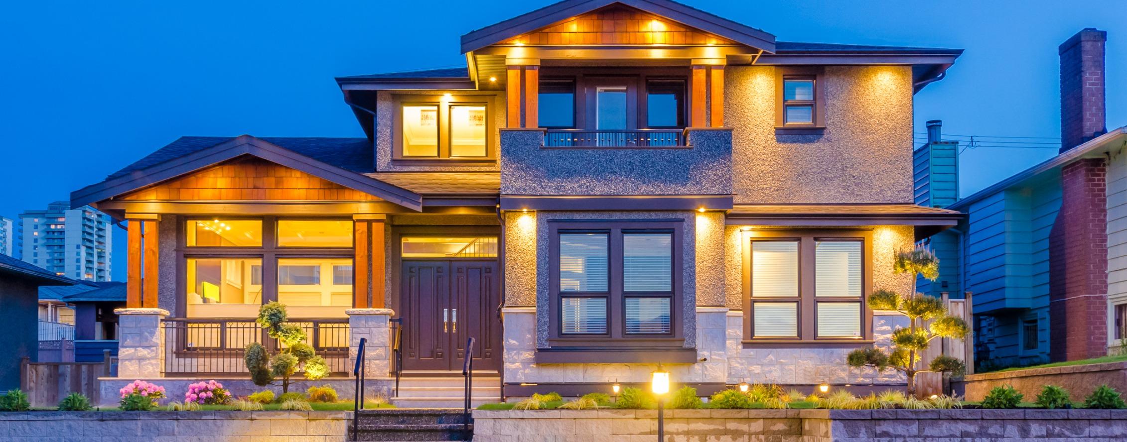 Maison avec éclairage extérieur et intérieur