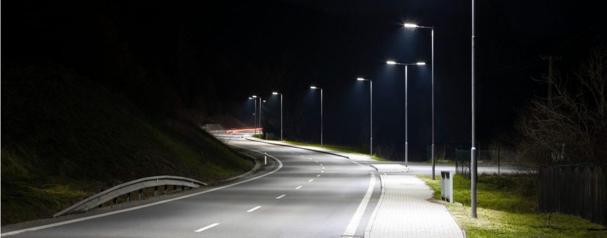 Éclairage nocturne d'une rue avec des lampadaires