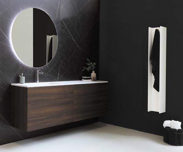Salle de bain moderne avec miroir rétro-éclairé