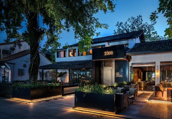 Façade d'un restaurant avec éclairage extérieur