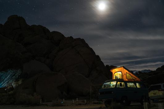 Camping-car dans la nature pendant la nuit